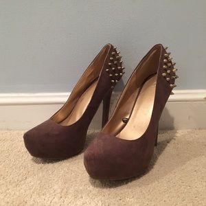 Fun studded heels 🖤👠